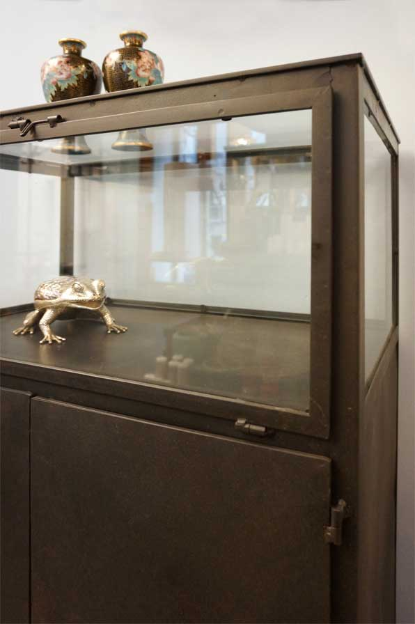 Eisenvitrine mit glasaufsatz antike m bel interieurs for Raumgestaltung dresden