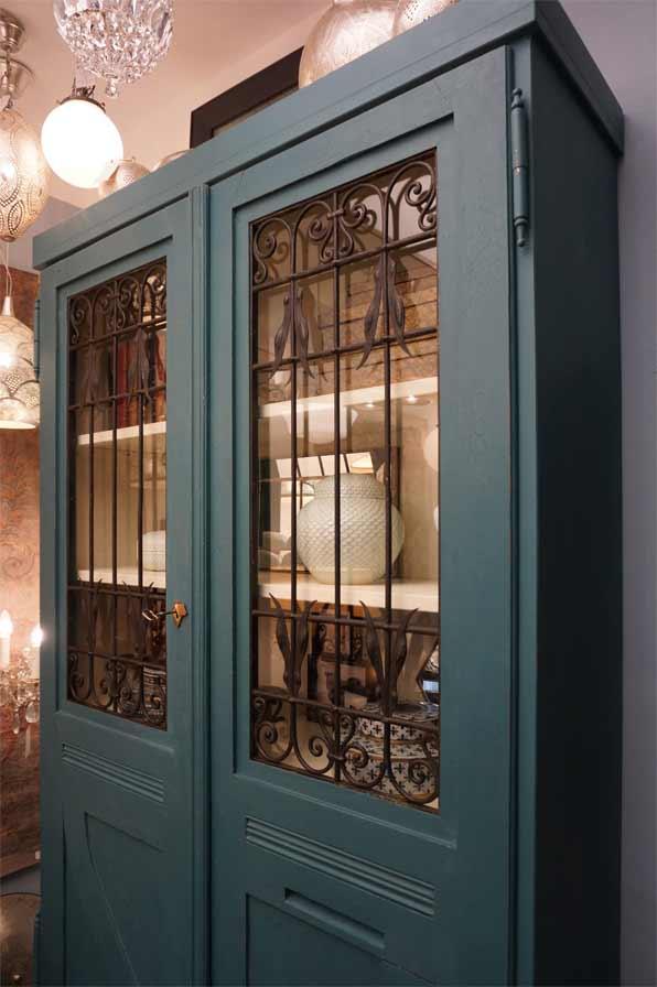 Vitrinenschrank blauer pfau antike m bel interieurs for Raumgestaltung dresden