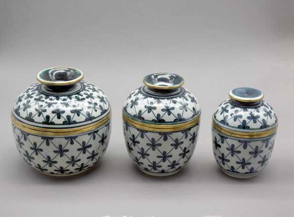 Keramik-Gefaesse mit Deckel und Messingring